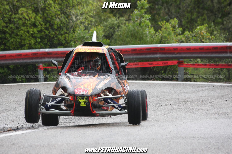 Gustavo Salguero, segundo en monoplazas, con las ruedas delanteras en el aire.