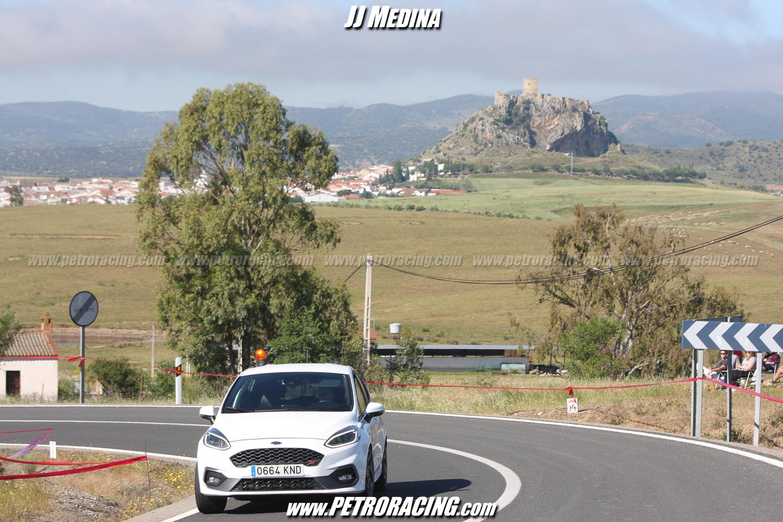 Una imagen del recorrido, con el castillo de Belmez al fondo, y el coche cero, que pilotaba José López. Foto:
