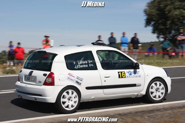 José Ignacio Santos, con la rueda trasera derecha de su Clio Sport en el aire.